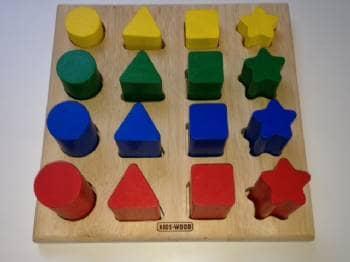 Kids-Wood form puslespil - Lokesvej 84 - Trælegetøj Kids-Wood formpuslespil. Putte de 16 brikker i de rigtige huller eller bygge tårn m.m. Ikke ryger – ingen husdyr – meget fin stand. - Lokesvej 84