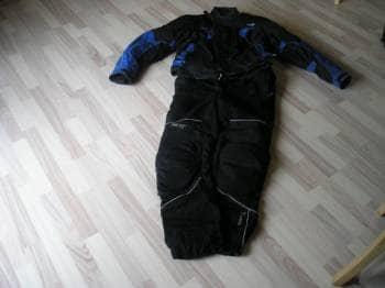Motorcykel jakke med bukser - Mælkevejen 6 - Motorcykeljakke med bukser. Bukser: lille revne på et ben, som kan syes. Jakke og bukser – i alt kr. 500 Størrelse: 56 - Mælkevejen 6