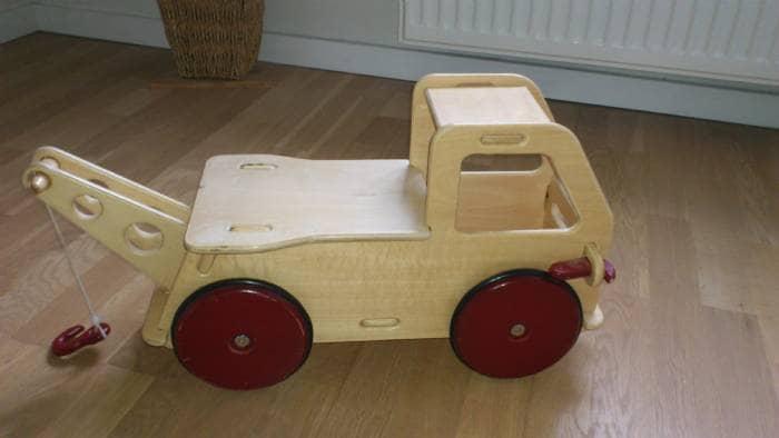 Kranvogn i træ - Stokrosevej 7 - Motorisk legetøj i træ. Kranvognen kan køres på eller bare skubbes med! Sædet kan tages af og vognen kan fyldes med evt legetøj. Passer til børn fra 1-3 år. Mærket: Moover Nypris 500,- - Stokrosevej 7