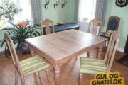 Egetræsspisebord med stole