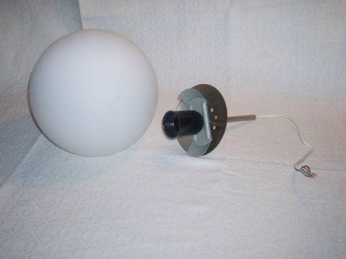 Kugle pendel - Skovbakken 10, Glyngøre - Pendel med kuglerund matteret kuppel. 18,5 cm i diameter. - Skovbakken 10, Glyngøre