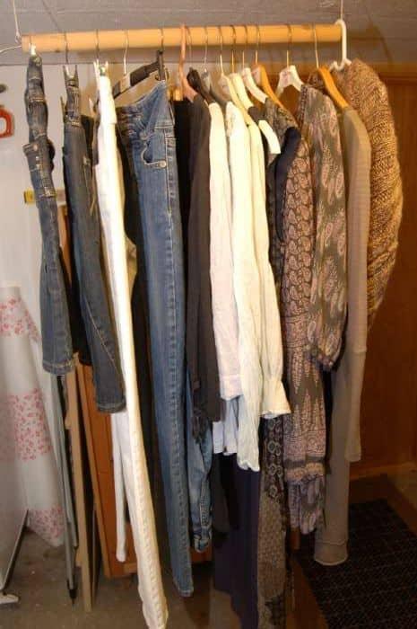 """Jeans, kjoler, nederdele mv. - Højmarksvej 25 - Hvide og blå jeans. Korte """"cowboy"""" nederdele. Lange, knælange og korte kjoler. Bluser og tørklæder i mange afskygninger. Alt i pæneste stand og som nyt. Priser fra 10 og til max. 100 - Højmarksvej 25"""