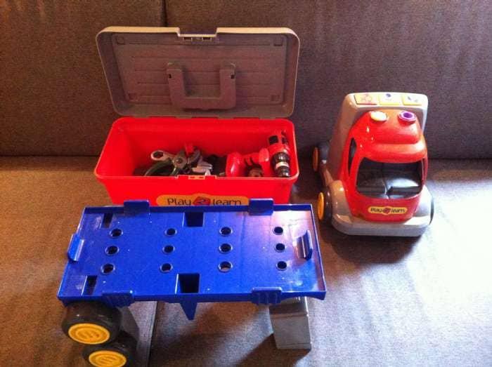 Lastbil - Danmark - Lastbil med lys/lyd. Arbejdsbord og Værktøjskasse med lidt værktøj. Lukkehængsel på værktøjskassen er gået i stykker. - Danmark