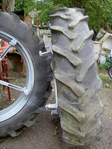 2 stk Taurus dæk - Danmark - 2 stk taurus dæk 13,6 /38 – 8 med brede klodser pris 2200 kr for begge NEDSAT til 2000 - Danmark