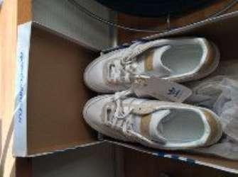 Sportsko/tennissko/Adidas - Lindevænget 2 - Jeg har et par helt nye Adidas sports-sko, som aldrig har været brugt. Der er ekstra snørebånd med, størrelse 41/42 (10). Ny-pris 400Kr. - Lindevænget 2