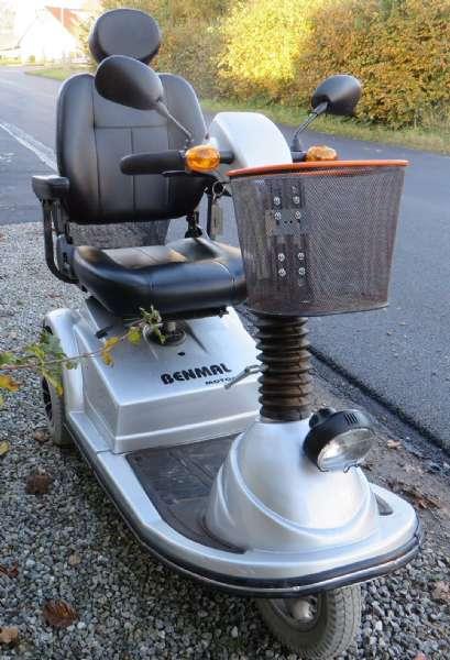 El-scooter - Rusengvej 6, Junget - El-scooter til ældre eller handicappet. BenMal model BE 500 Delux. Dette er den meste stabile 3 hjulede El-scooter på markedet. Beregnet til extrem belastning i hverdagen. Meget kraftig motor på 1200 watt. Batteri 2 stk. (12 W) 14 - Rusengvej 6, Junget
