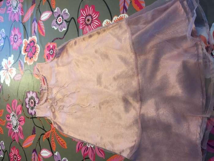 Kjole str. 6 år - Danmark - Lyserød kjole med brugsmærker på underkjolen, men dette ses ikke når overkjolen er udenpå. Over og underkjolen er syet sammen over skulderne og rundt ved ærmerne. - Danmark