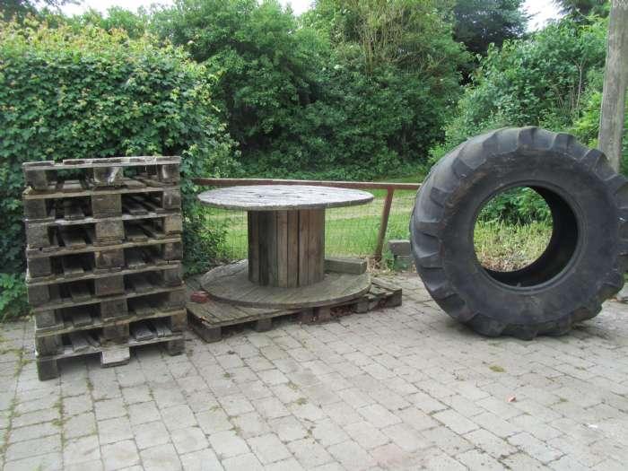 Dæk og EUR paller - ågade 9a - Dæk diameter 140cm., bredde 60 cm. pris 100 kr. 8 EUR paller. Pris 150 kr. Samlet pris 200 kr. - ågade 9a