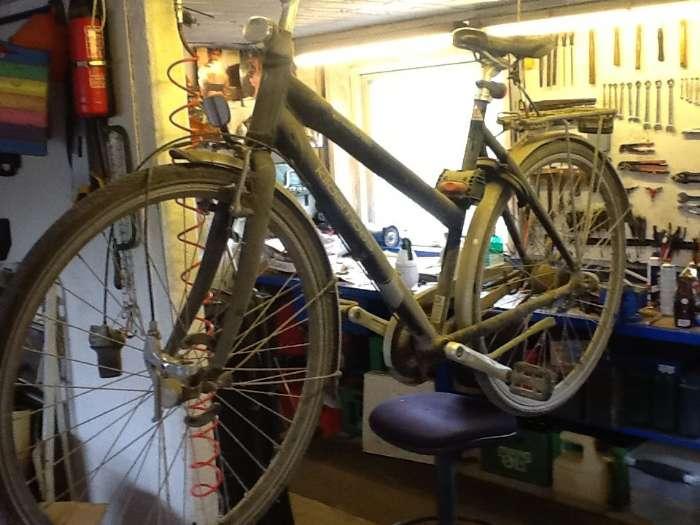 Klargøring Rep. - Danmark - Få din cykel gået igennem, så kabler/kæde, mm. Holder længere, få lyset/reflekser tjekket, og udskiftet hvis der er defekter. Pudsning, justering, efterspænding, smøring, Pris. 175kr. Også rep. Af cykler. Gamle aflagte cykler kan afleve - Danmark