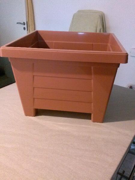 Krukker - Bystedvej 51 - 4 stk. krukker i plastik kun brugt en gang. Størrelsen er ca. 39 x 39 x 29 cm (L x B x H) sælges samlet for - Bystedvej 51