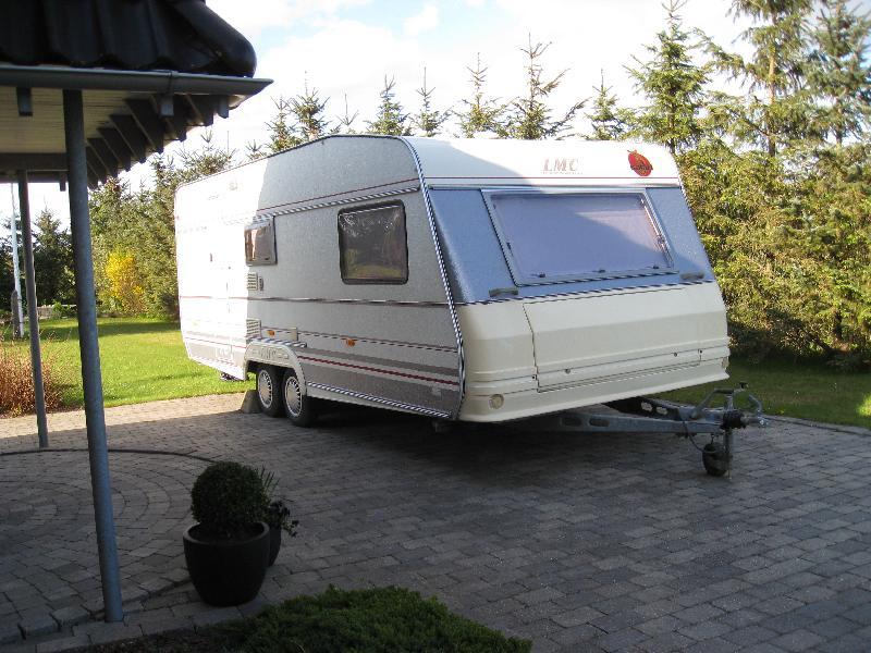 LMC luxus 590 årg. 1995 - Kåstrupvej 9 - LMC luxus 590 årgang 1995 sælges. Indrettet med 2 køjer, stor rundsiddegruppe, lille rundsiddegruppe. Bred model. 3 år gammel fortelt. Alt i udstyr medfølger. Står pt. fast på limfjords camping i Ålbæk. - Kåstrupvej 9