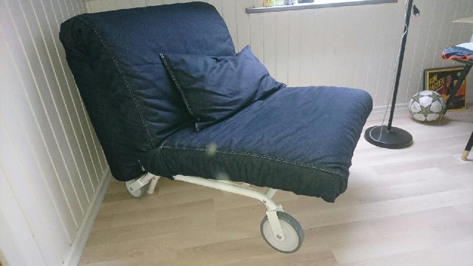 Smart kombi stol/seng - Bødkervej 7 - Rigtig smart kombineret stol og træk ud seng med hjul, f.eks. til ungdomsværelset. Kun lidt brugt, rigtig fin stand. God madras, samt pyntepude. - Bødkervej 7