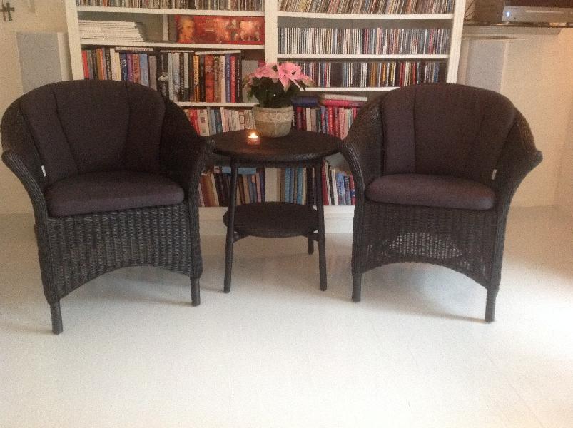 Kurvemøbler - Brårupparken 9 - Flot sæt, 2 stole 1 bord, samt fine cane Line hynder - Brårupparken 9