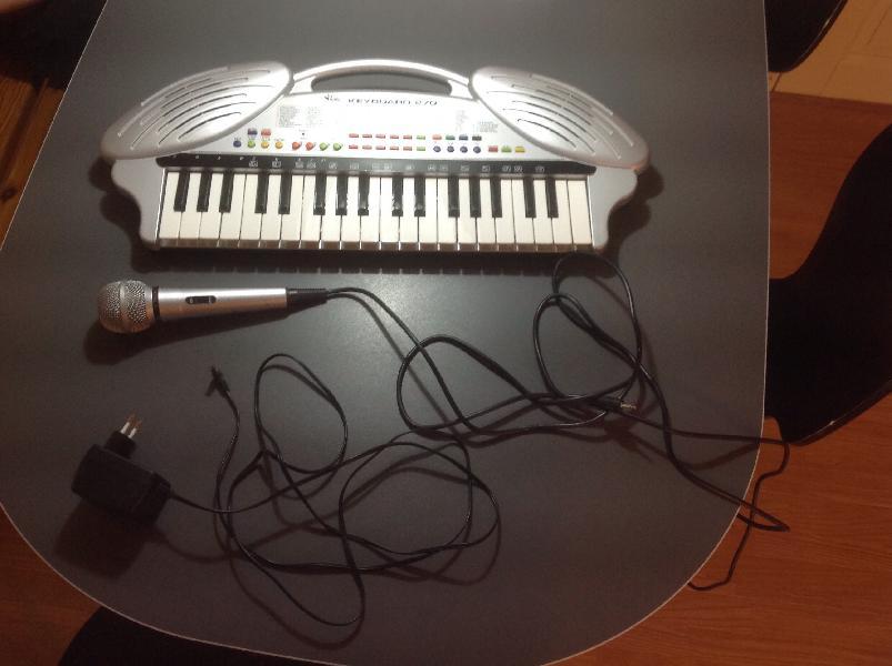 Keyboard model 270 - Neder Hjerk Vej 25 - Keyboard model 270 til stikkontakt med mikrofon. Mange funktioner. Fungerer som ny - Neder Hjerk Vej 25