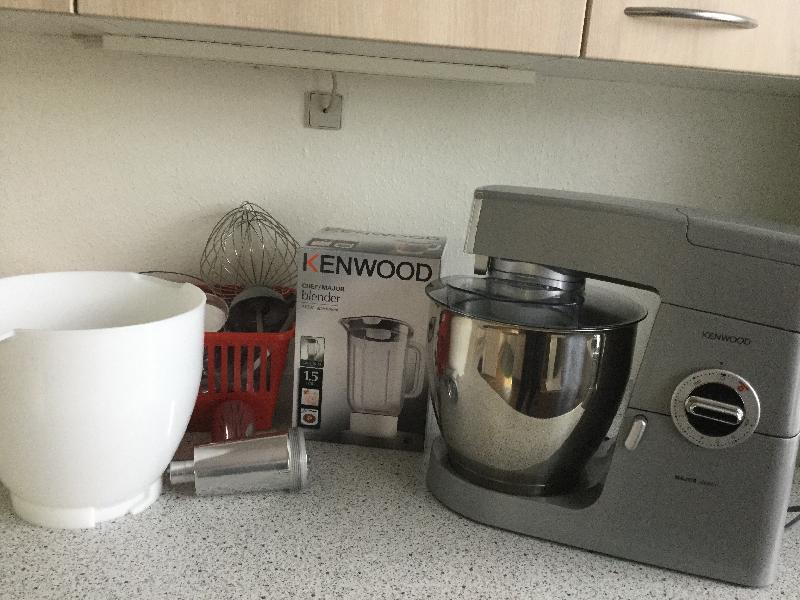 Kenwood Chef køkkenmaskine - Hostrups Vej 9 - Kenwood køkkenmaskine, med K-Spade, Piskeris, Dejkrog, Dejskraber, Blender tilkøbt ekstra skål og kødhakker med div. tilbehør - Hostrups Vej 9