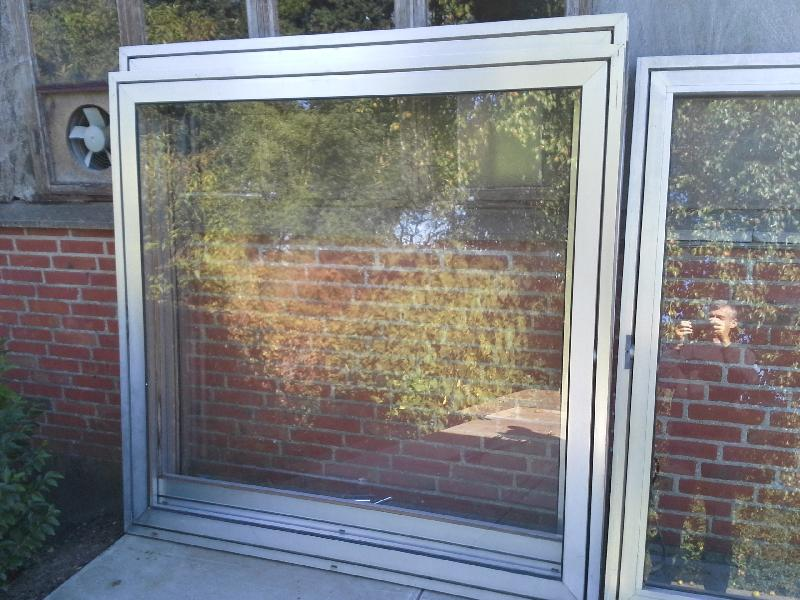 5 stk aluminiums vinduer - Skive - 5 stk aluminiums vinduer, 2 stk B:170,5 og 3 stk B:175,7 alle er 169,5 høj, karm B:6 cm, det er vippevinduer, enkelt glas i en af de smalle, de andre er uden glas (de er dog alle beregnet til termoglas) samlet 800 - Skive