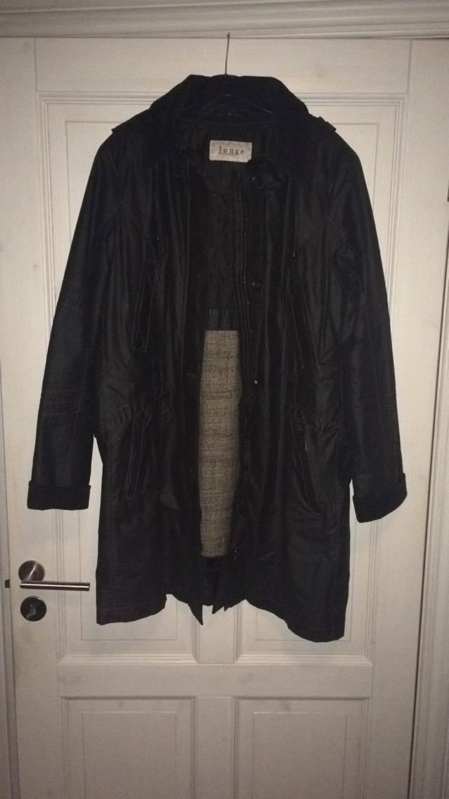 Vinterfrakke fra Junge (dansk) - Plejdrupvej 5 - NEDSAT: Str. 42. Sort med aflyneligt uldfor. Har hætte, der kan knappes af. Fløjl, uden tegn på slid, på opslag og krave. Fin stand, kun brugt få gange. Fremvises gerne. Pris min. kr 400,- - Plejdrupvej 5