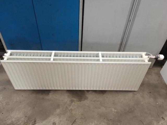 Radiator - Vestre Skivevej 22 - 3 lags radiator bredde 140 cm højde 46 cm med termostat - Vestre Skivevej 22