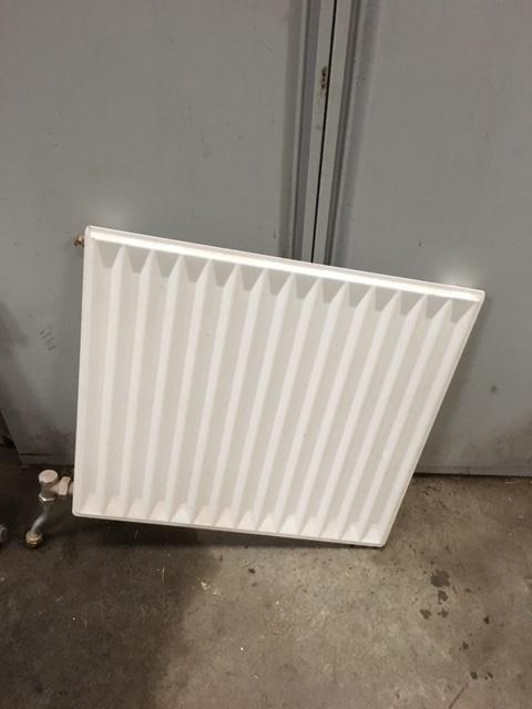 Radiator - Vestre Skivevej 22 - et lag radiator bredde 50 cm højde 46 cm har to stk, pris er pr. stk. - Vestre Skivevej 22