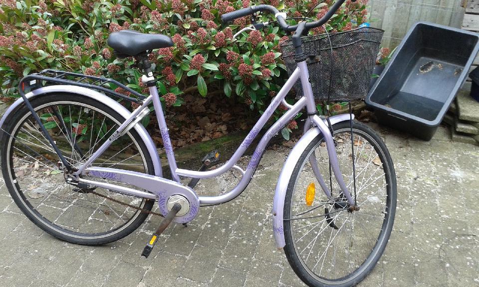 28″ pige/damecykel. - Idrætsvej 5 - Brugt pige/dame cykel med 28″ hjul. Magnetlygter, cykelkurv, håndbremse, 3 gear og lås. Fin ekstracykel at have til/fra bus/tog. Den ene pedal er lidt skæv. - Idrætsvej 5