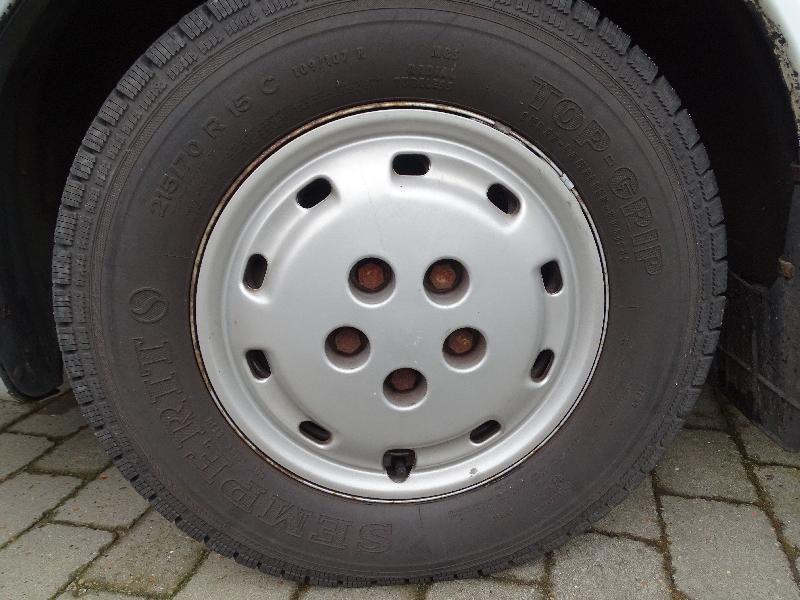 dæk på fælge - Enghavevej 2 - Beskrivelse: hej jeg har 4 stk vinter dæk på fælge til salg der er ca 10 mm møster til bage de har sidet på en autocamper og det har jeg ikke brug for 2000 kr eller kom et bud - Enghavevej 2