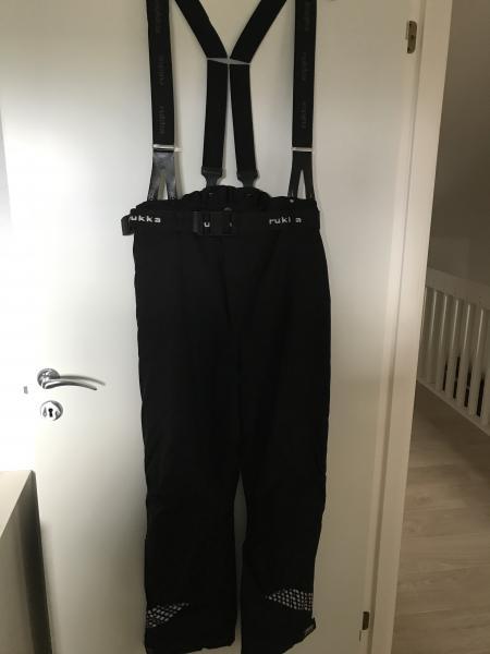 Bukser - Bjarkesvej 134 - Rukka, str. L, Sort Dame bukser kun lidt brugt Syet et hul på det ene ben som vises på foto - Bjarkesvej 134