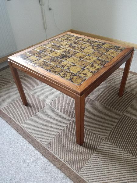 Sofabord - Irisvej 15, Lihme - Sofabord med kakler. Velholdt. Måler 70 x 70 cm. Højde 50 cm. - Irisvej 15, Lihme