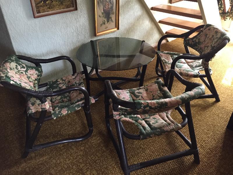 Bambusmøbler - Sdr.thisevej - Sort bambusbord med glasplade + 3 stole med grøn Sandersons betræk. - Sdr.thisevej