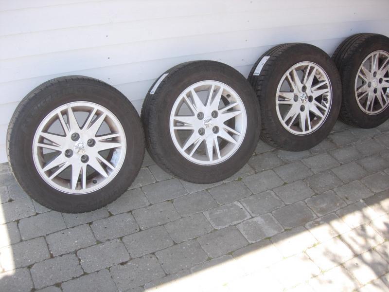 Alufælge - Durupvej 9, 1. Tv. - Fine Alufælge med Michelin Energysaver 185/65 R 15. Fra Peugeot 207 årg. 2008 samt et sæt originale tagbøjler også til Peugeot 207 sælges for henholdsvis 800 og 300 kr. - Durupvej 9, 1. Tv.