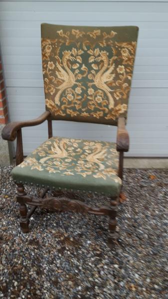 Udskåret høj kongestol - Nautrup Møllevej 30 - Rigtig fin, gammel stol i udskåret træ med broderet sæde og høj ryg sælges billigt. Der kan også medfølge flot udskåret fodskammel også i træ med broderi til en pris af 75 kr. Ved samlet salg af både stol og skammel kan p - Nautrup Møllevej 30