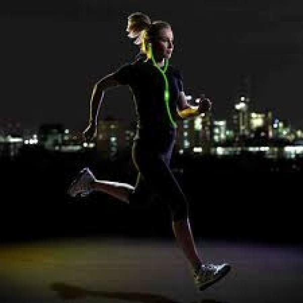 flashing light øretelefoner - Balling - Fitnesstøj, flashing light høretelefoner Dyrker du sport om morgenen eller om aftenen, lad din musik med lys at motivere dig til bedre resultater. Ørepropperne har belyst kabel, der er reaktivt over for lyden, der spilles igennem dem. Dette s - Balling