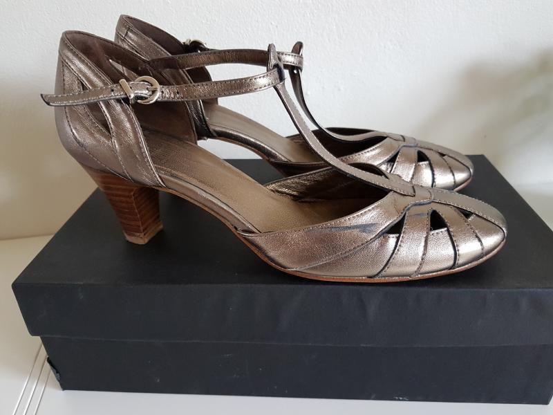 Billi Bi pumps 38.5 - Frejasvej 21 - Flotte sko fra Billi Bi i kobber farve. Brugt få gange og fremstår som nye Hælhøjde ca 5 cm. Rigtig behagelig hæl at gå på Fra ikke ryger hjem - Frejasvej 21