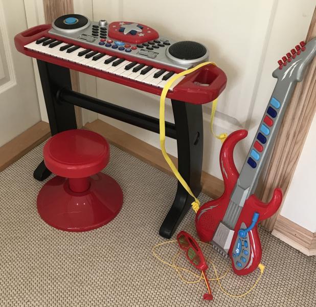 Elektrisk Keyboard og guitar - Birkevej 15 - Elektrisk keyboard og guitar sælges for 150kr. Kontaktes via SMS - Birkevej 15
