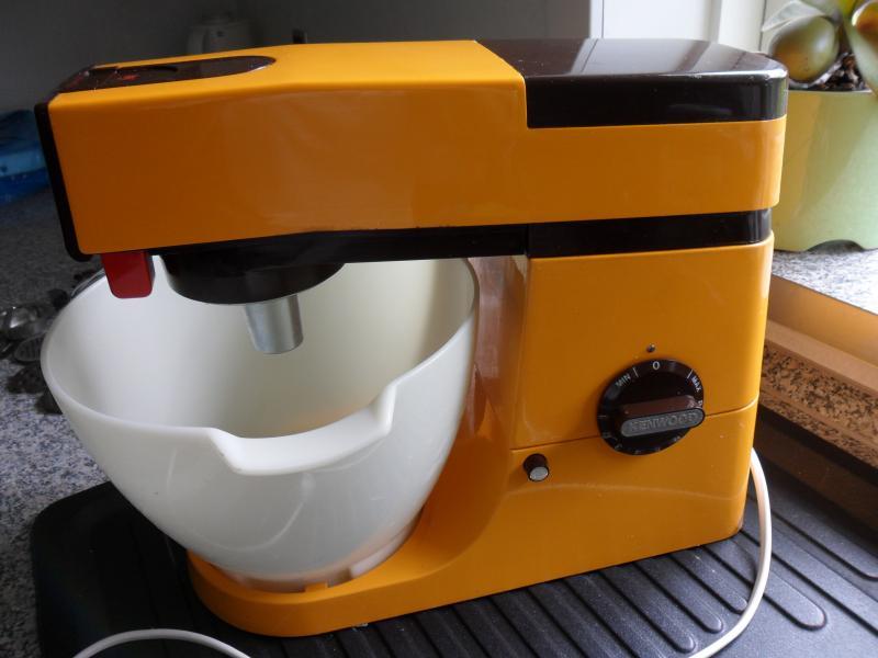 Kenwood Chef - Liljevej 26 - Ældre meget velholdt Kenwood Chef køkkenmaskine stort set uden brugsspor sælges. Tilbehør: Dejkrog, kødkrog, piskeris samt kødhakker med diverse tilbehør. - Liljevej 26