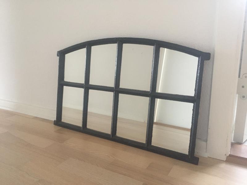 Staldvindue med spejl - Primulavej 5 - Staldvindue med 8 spejle sælges. Højde 35 cm Længde 78 cm Dybde 42 cm - Primulavej 5