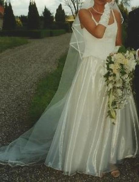 Brudekjole - Petuniavej - Flot brudekjole, råhvid, lang slør og handsker. Flot brokade over. Str. 36 – 38 Til dame ca. 175 cm høj. Kun brugt en dag Bør ses - Petuniavej
