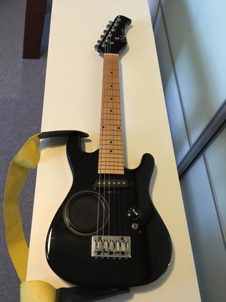 Elektrisk guitar - Solbakken 12 - Elektrisk guitar (til batteri) med højttaler - Solbakken 12