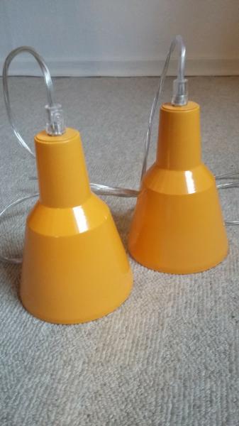 Pendel 2 stk. i gul - Søndergade 15 - Pendel 2 stk. pendel lampe i varm gul farve. H 18 cm – D 12 cm – 25 W Kan sendes for købers regning. - Søndergade 15