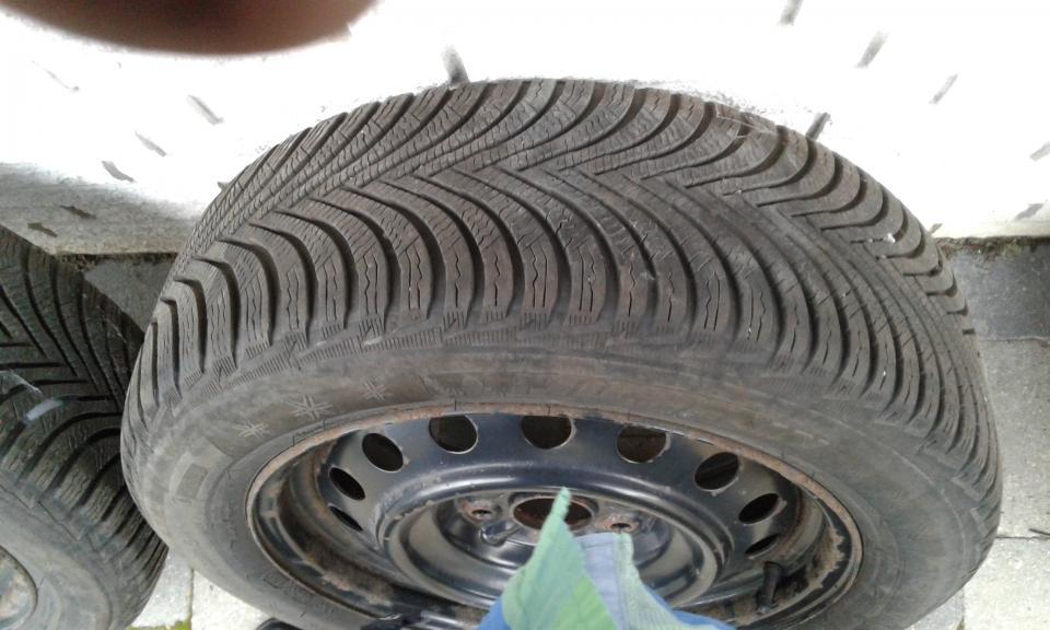 Vinterdæk - æblevej 3 - Michelin vinterdæk på stålfælge 205 – 55 – 16. Har siddet på Toyota Auris årg. 2011. Der er 2 dæk med 6 mm og de andre er der 7 mm. - æblevej 3
