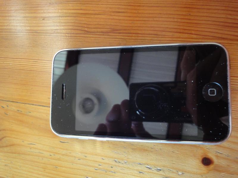 iPhone 5C + 4G + 3G - Olgavej 3 - Iphone 3G 8GB skadet bagside + ny skærmfolie Iphone 4G 8GB fin stand beskyttelses folie på skærm + ny cover Iphone 5C 16GB fin stand panzer glas + ny cover Universal Docking station Sælges samlet - Olgavej 3