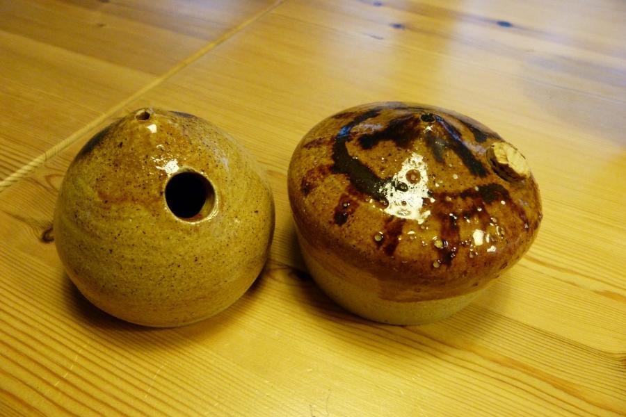 Små retro olielamper - Johs. Ewaldsvej 12 - Olielamper fra keramikeren, der lå i Nr. Vorupør. De er så fine som nye, men mangler en lille prop i den ene. Sælges samlet - Johs. Ewaldsvej 12