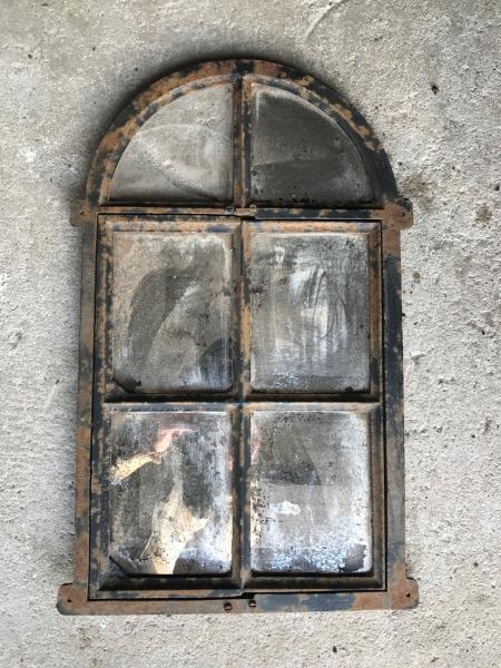 Lille gammell støbejernsvindue