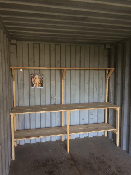 Container 20 fod - Stårupgårdvej 1 - Tæt container til byggeprojektet, ekstra hus i haven eller hvor du har brug for et solidt hus. Inkl arbejdsbord/reol og hængelås. Står i postnr 7840 - Stårupgårdvej 1