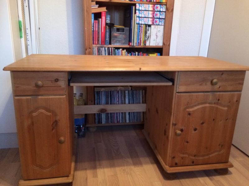 Ludbehandlet Skrivebord - Frejasvej 7 - Ludbehandlet skrivebord i fyrretræ, med drejede ben og udskæringer. Bordet har to sideskabe med hylder og udtræk til printer , der er to gode skuffer , samt udtrækshylde til tastatur. Mål : 130 cm lang, 72 cm høj, 56 cm dyb/bred. - Frejasvej 7