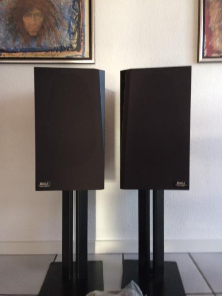 Dali højttalere - Frejasvej 7 - 2 stk Dali højttalere , suveræn lyd og superflot design, kabinet lavet af bøgetræ m.sort front. Der medfølger to sokler som er i sort jern og yderste stabile. Højttalerne måler 44,5 x 25 x 27 cm, og soklerne er 42 cm høje. der medfø - Frejasvej 7