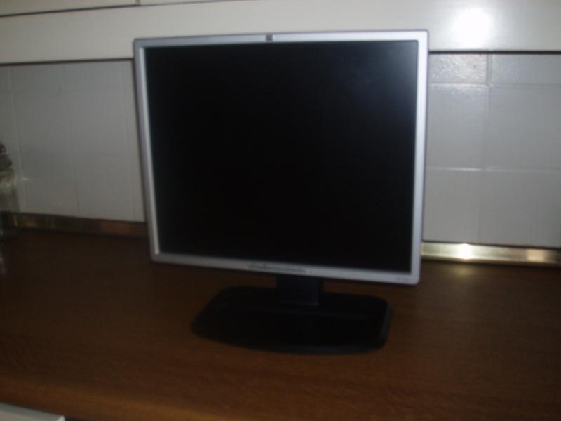 Computerskærm - Skovbakken 10, Glyngøre - HP 19″ fladskærm model HSTND-2B01. HP computerskærm, produceret år 2006. Står på en solid hæve/sænke/dreje/vippe fod. Kan hæves 13 cm. - Skovbakken 10, Glyngøre