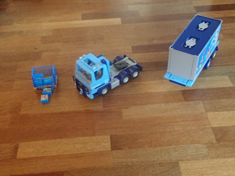 Playmobil Lastbil - Bragesvej 19 - Playmobil lastbil med aftagelig container. Der medfølger en palle med gitter samt pakker til transport. Meget pæn og velholdt og fra ikke rygerhjem. - Bragesvej 19