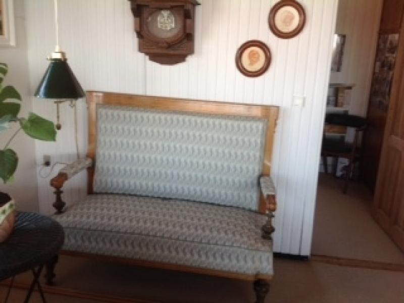 Sofa - Bredgade 44 - Gammel sofa med designerstof sælges. 2 pers. Pris kan forhandles - Bredgade 44