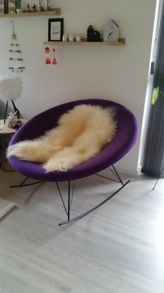flot lounge stol nedsat - Petuniavej 136 - Sælger denne flotte lounge stol. Stolen er mørklilla og i uld.Den har gynge funktion. Stolen er pæn og ikke slidt.Den er købt i Sinnerup for 2.000 kr for knap tre år siden. Sælger den nu for kun 750kr. - Petuniavej 136