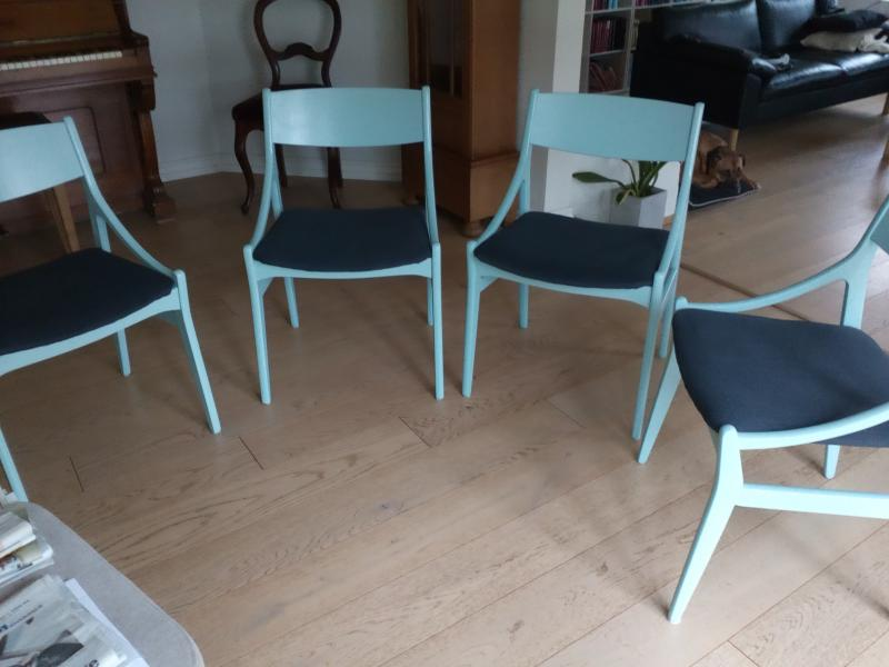 Designer stole sælges - Dølbyvej 157 - 4 stole af Vestervig Eriksen, fremstillet af Brdr. Tromborg sælges billigt,da de er malet, men fremstår i rigtig pæn stand. - Dølbyvej 157